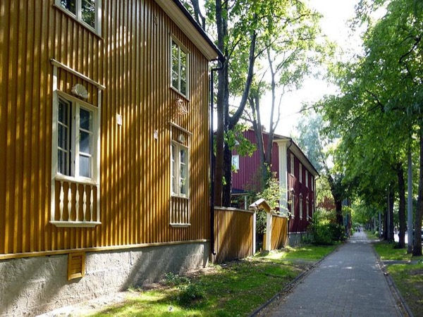 Helsinki Sightseeing / wooden houses & city trees. Architecture and trees.