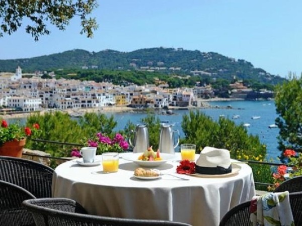 Medieval villages of Costa Brava next to the bluest sea private tour