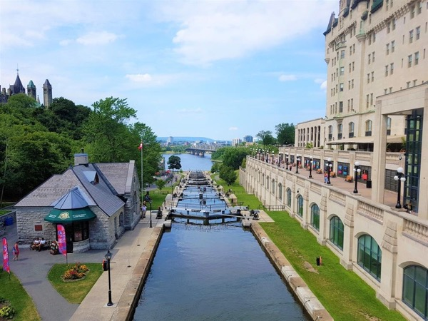 Ottawa and its beauties. From Montreal, Private Driving Tour to the National Capital.