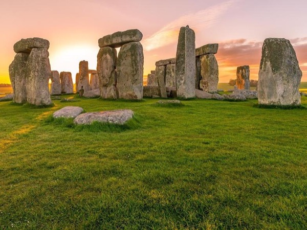Full-day trip to Stonehenge & Historic Medieval England