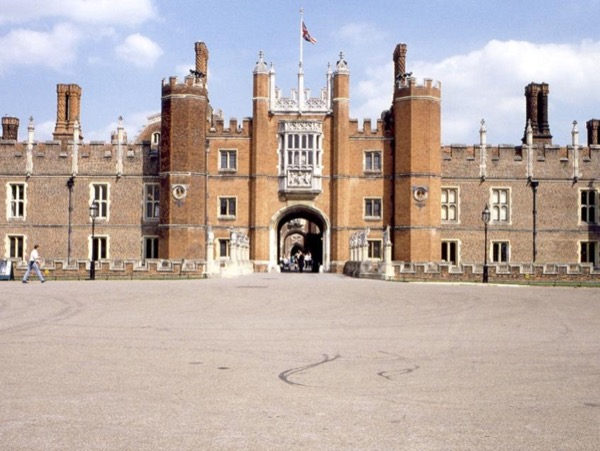 Hampton Court Palace Guided Tour from London
