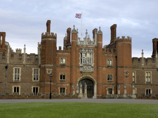 Hampton Court Palace private tour - Summer palace to the kings of England