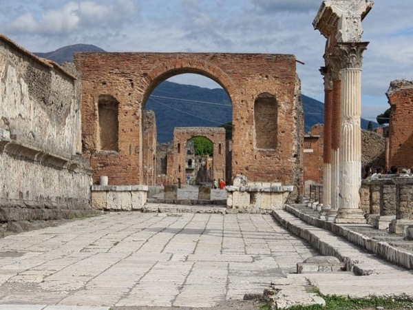 Pompei tour led by an Archaeologist with private trasportation