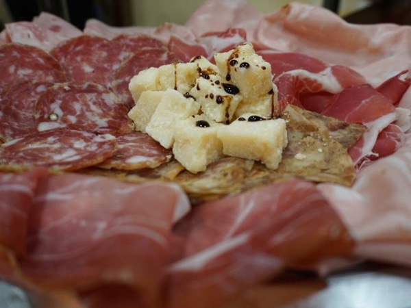 Nightfall Walking Food Tour in Bologna