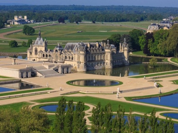 Fabulous Chantilly and Medieval Senlis with chauffeur