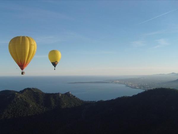 Admire Mallorca from a hot air balloon.