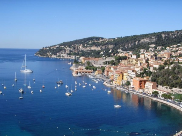 A day tour on the French Riviera from Nice. Sceneries along the Mediterranean !