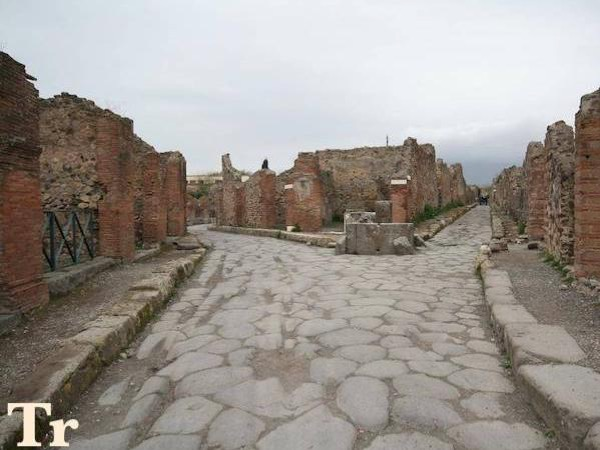 One way transfer from Positano to Naples plus 2 hours stop in Pompeii and 1-2 hours in Sorrento