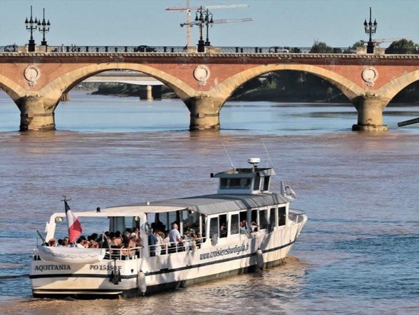 Bordeaux private walking tour with a boat trip on the river