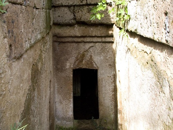 Discover the Etruscans at Tarquinia and Cerveteri necropolises